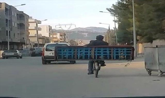 Meyve kasasında bebek, bisiklette kanepe taşıdılar