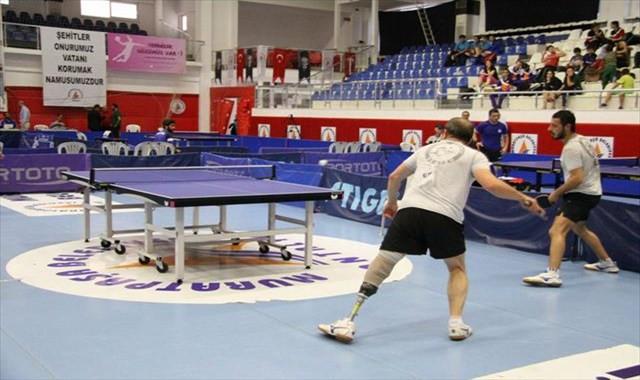 Protezli sporcu masa tenisinde engel tanımıyor