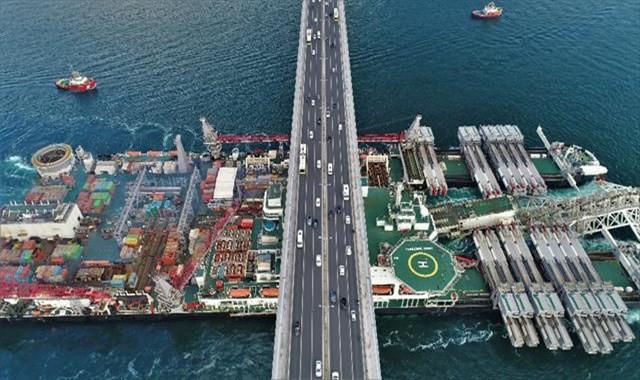 Dünyanın en büyük inşaat gemisi Boğaz'dan geçti