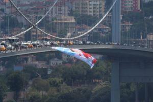 15 Temmuz Şehitler Köprüsü'ne Meral Akşener posteri asıldı