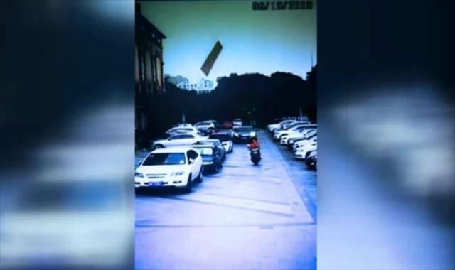 Kafasına yatak tahtası düştü: İnanılmaz kaza kamerada