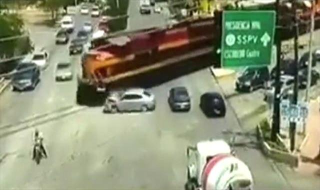 Tren raylara giren otomobile böyle çarptı