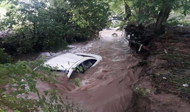 Çanakkale'de araçlar dereye sürüklendi