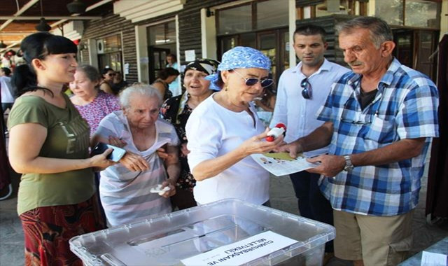 Fatma Girik annesi ile beraber oy kullandı