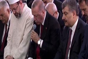 Cumhurbaşkanı Erdoğan şehitler için Kuran okudu