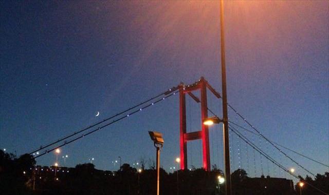 İstanbul semalarında duygulandıran 'ay yıldız' görüntüsü