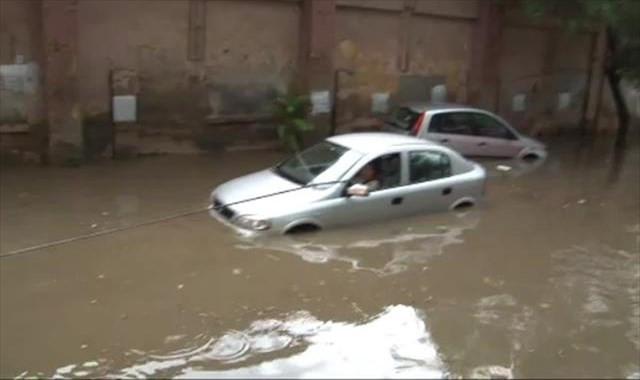 İstanbul'da su baskını: Araçlar mahsur kaldı