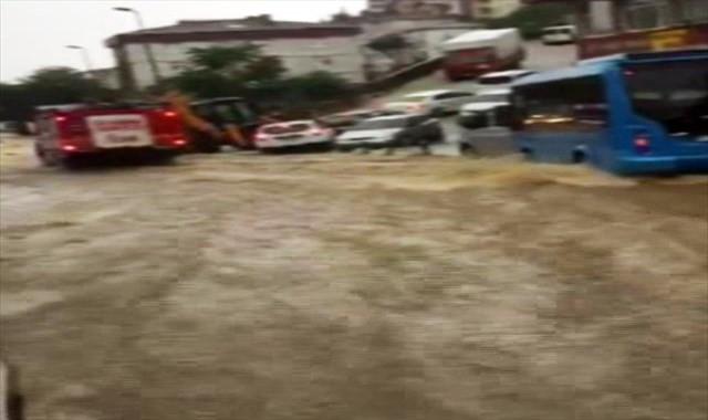Çengelköy'de yollar nehre döndü