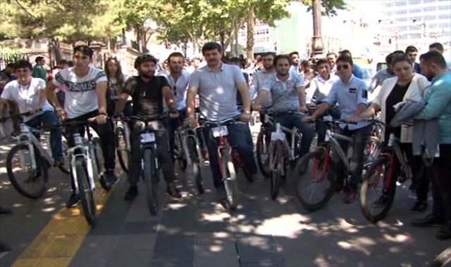 AK Parti'nin 17. yaşına bisikletli kutlama