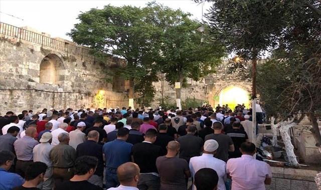 Filistinliler kapatılan Mescid-i Aksa önünde eylem yaptı