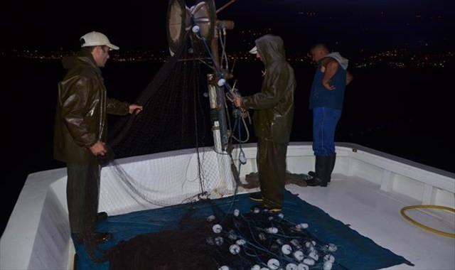 Karadenizli balıkçıların gece mesaisi