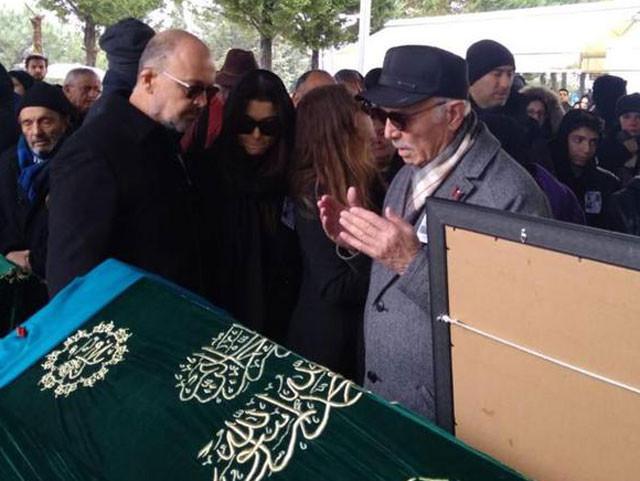 Hande Erçel'in annesi Aylin Erçel son yolculuğuna uğurlandı 4.resim