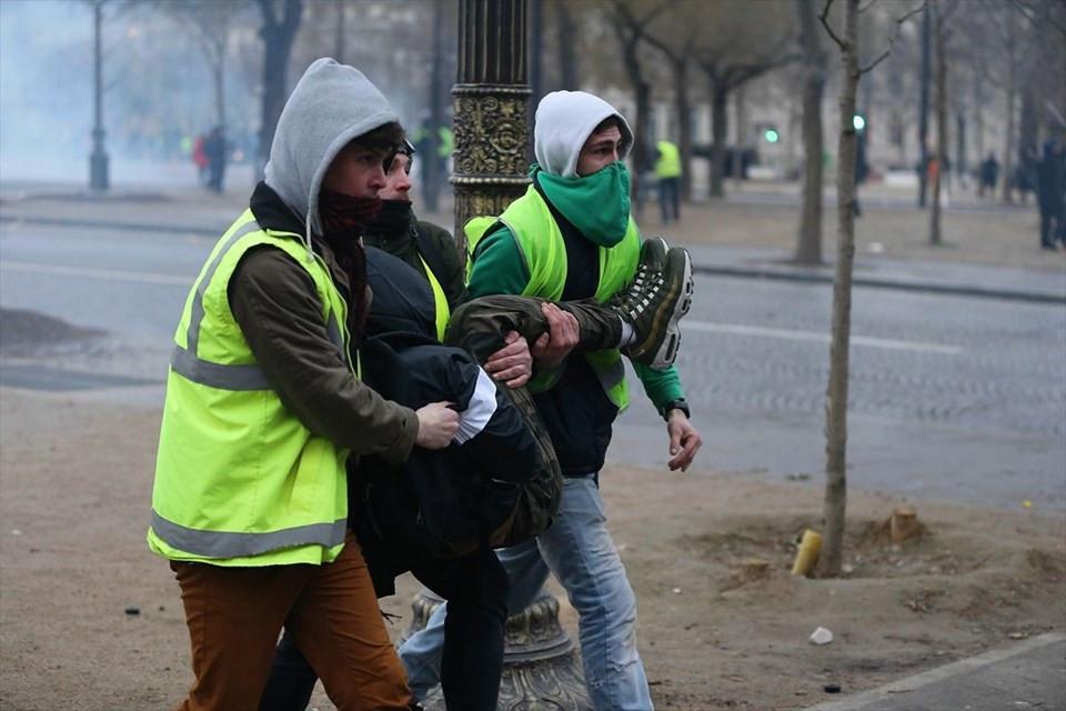 Fransa'da 'Sarı Yelekliler' yine sokakta 1.resim