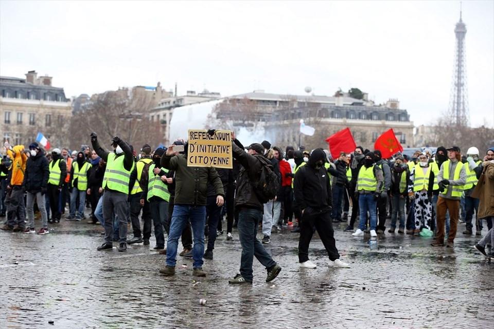 Fransa'da 'Sarı Yelekliler' yine sokakta 4.resim