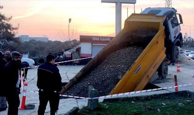 Beton zemin çöktü, kamyon içine düştü