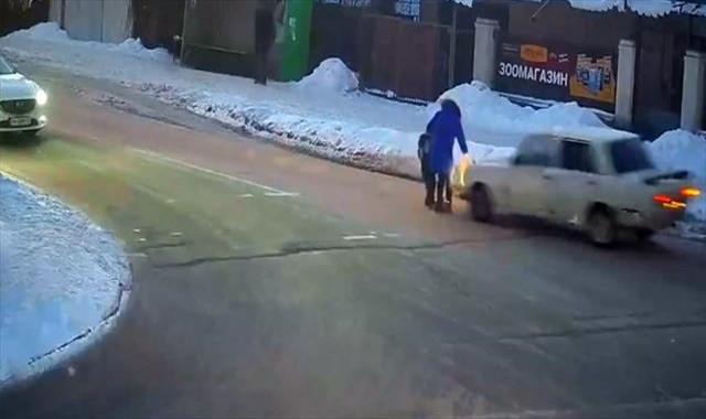 Anne ve çocuğuna otomobil böyle çarptı