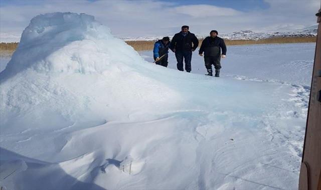 Su borusunun patlamasıyla buz dağı oluştu