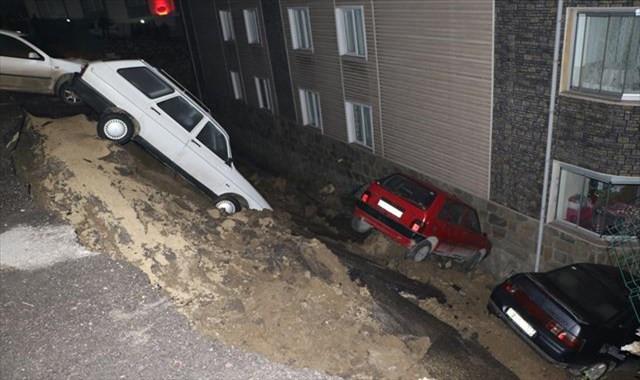 İstinat duvarı çöktü, 4 araç bahçeye düştü