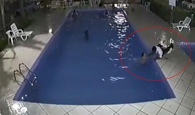Boğulmakta olan çocuk son anda kurtarıldı