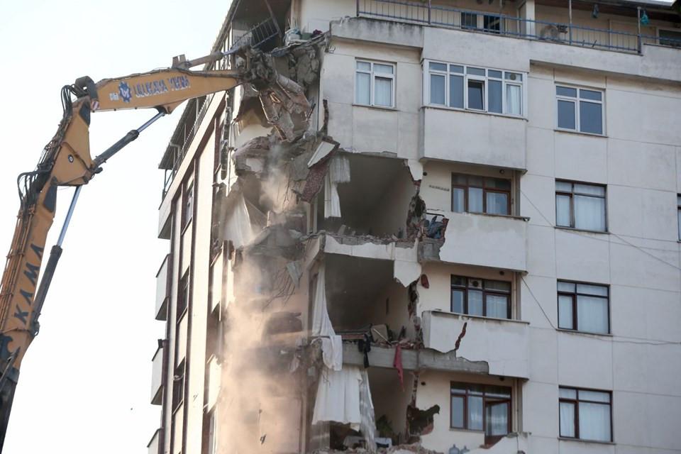 Kartal'da riskli bina yıkılıyor! Midye ve salyangoz kabuğu görüldü 2.resim