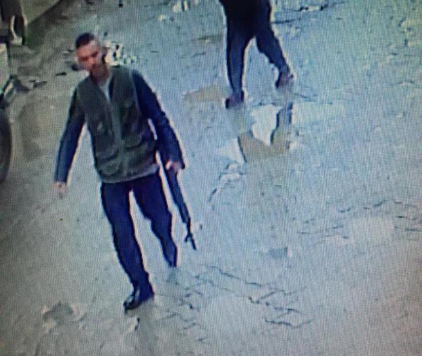 Arkadaşını öldürüp sokaklarda tüfekle tur atmış 2.resim