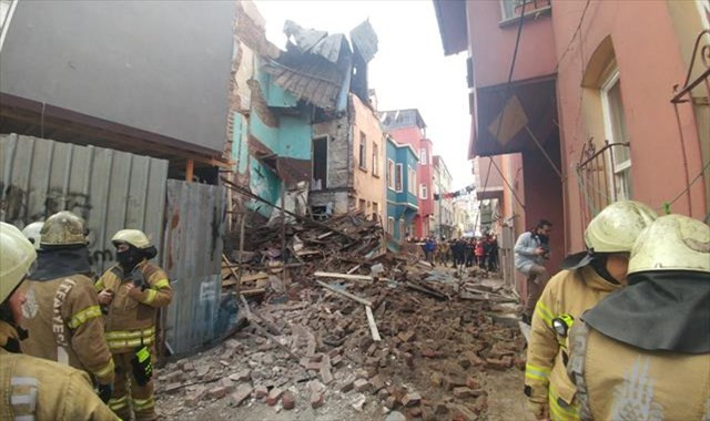 Fatih'te 3 katlı ahşap bina çöktü