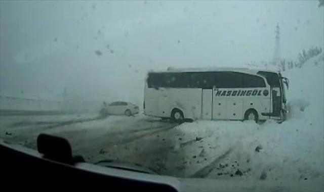 Otomobil ile otobüs böyle çarpıştı