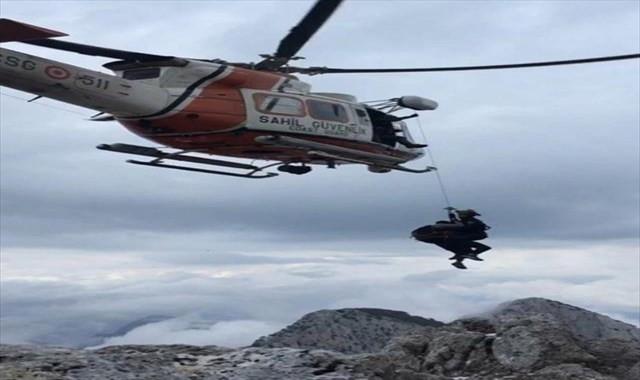 Kayalıklarda mahsur kalan 3 kişi kurtarıldı