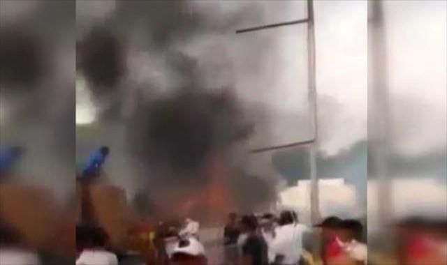 İki insani yardım kamyonu yakıldı: 20 yaralı var