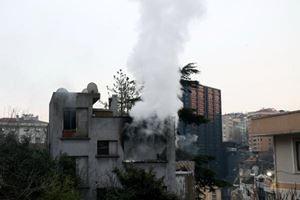 Beşiktaş'ta metruk bina alev alev yandı