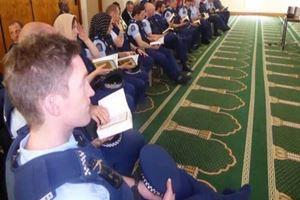 Yeni Zelanda halkı namaz sırasında nöbet tutuyor