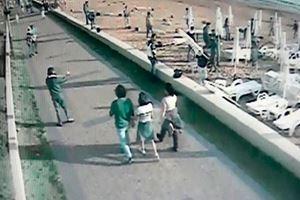 Turistlerin gözü önünde şezlongları söküp attılar! Otel sahibi isyan etti