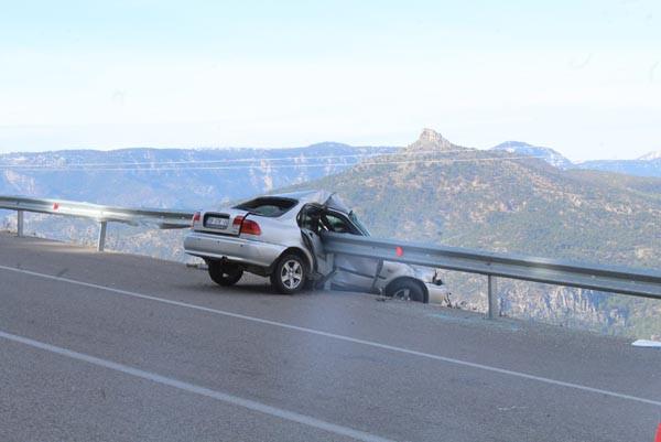 Akılalmaz kaza! Bariyerlere saplanınca kurtuldu 1.resim