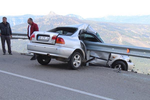 Akılalmaz kaza! Bariyerlere saplanınca kurtuldu 2.resim