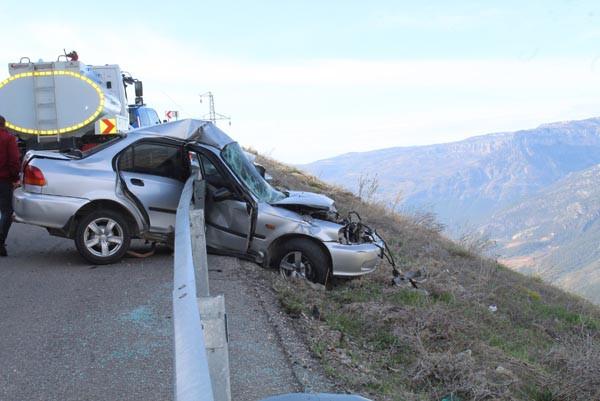 Akılalmaz kaza! Bariyerlere saplanınca kurtuldu 3.resim