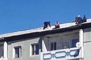 Çatıdaki intihar teşebbüsünü polis böyle önledi