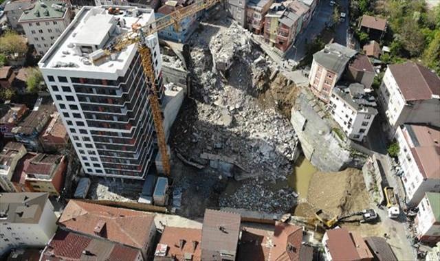 Yıkılan binaların enkazı havadan görüntülendi
