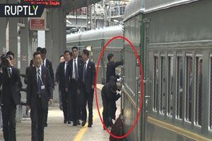 Korumalar Kuzey Kore lideri Kim'in treninin tozunu aldı