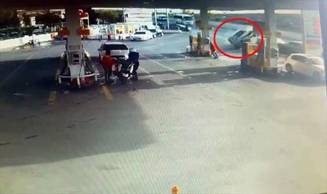 Kontrolden çıkan araç benzinliğe daldı: 1 yaralı