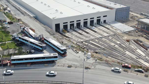 TIR'larla getirilen trenler raylara indirildi 1.resim