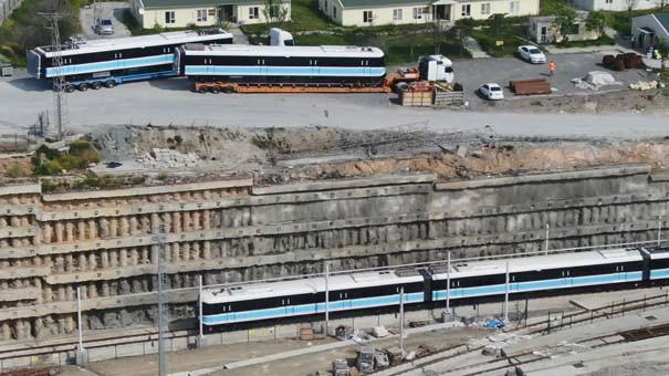 TIR'larla getirilen trenler raylara indirildi 2.resim