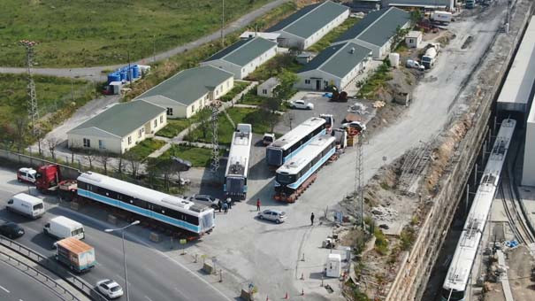 TIR'larla getirilen trenler raylara indirildi 4.resim