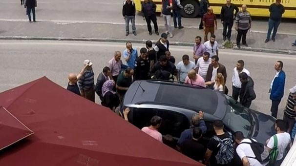 Vatandaşlar aracın etrafında toplanıp... Duyan oraya koştu! 1.resim