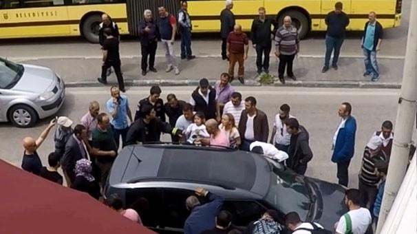Vatandaşlar aracın etrafında toplanıp... Duyan oraya koştu! 2.resim