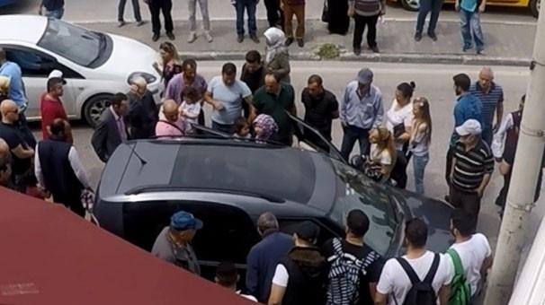 Vatandaşlar aracın etrafında toplanıp... Duyan oraya koştu! 3.resim
