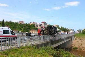 Takla atan araç köprü korkuluğunda asılı kaldı!