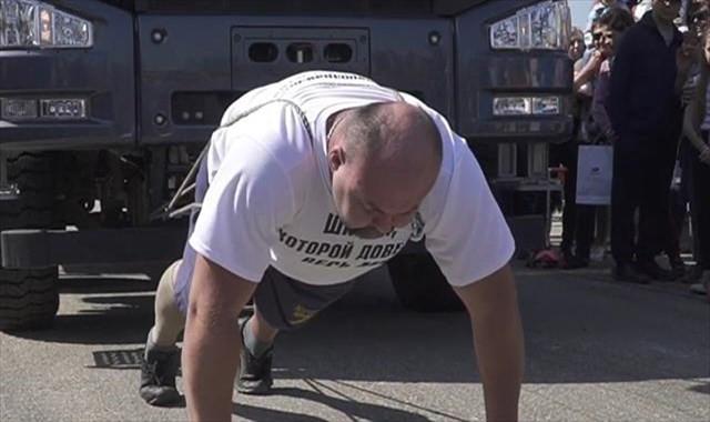 Rus rekortmen 18 tonluk kamyonu iple çekerek yeni dünya rekoruna imza attı